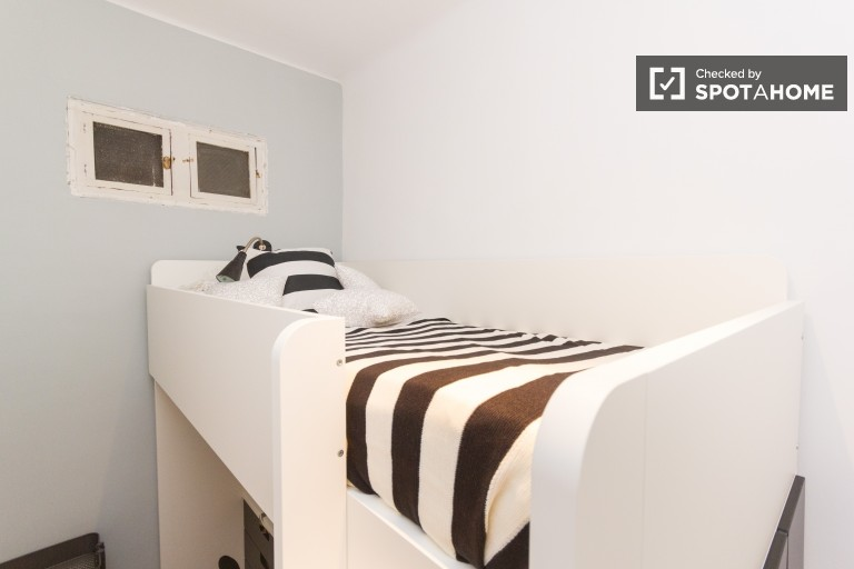 Bedroom 3 with single bed and interior view