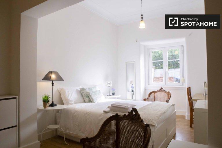 Spacious room in 3-bedroom apartment in São Domingos, Lisbon