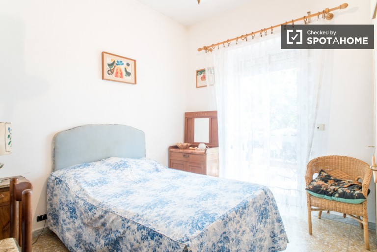 Single room in large house in Labaro, Rome