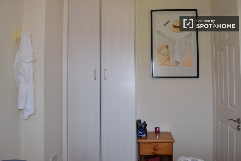 Equipped shared room in shared apartment in Ranelagh