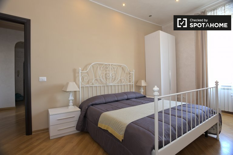 Double Bed in Rooms for rent in a 3-bedroom apartment with central heating in San Giovanni