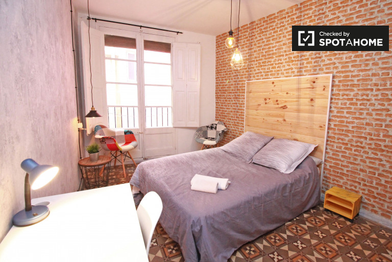 Big room in shared apartment in Barri Gòtic, Barcelona
