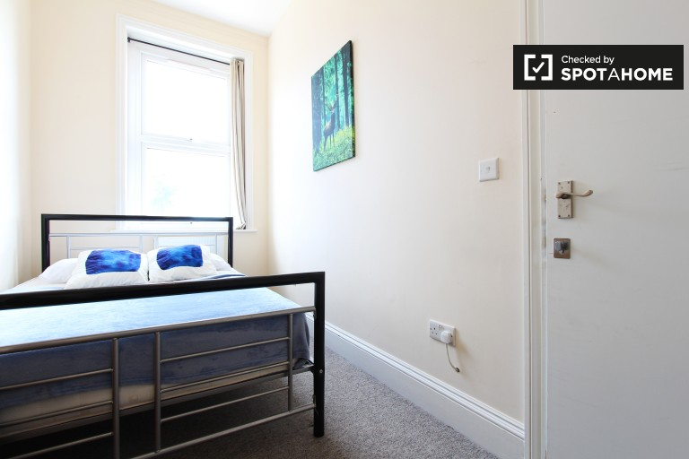 Double Bed in Rooms to rent in 3-bedroom shared flat in Kensal Green