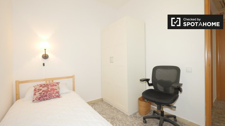 Room for rent in 4-bedroom apartment in Les Corts