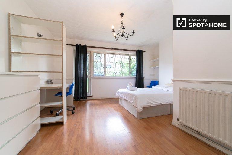 Gutes Zimmer in einer 4-Zimmer-Wohnung in Tower Hamlets, London
