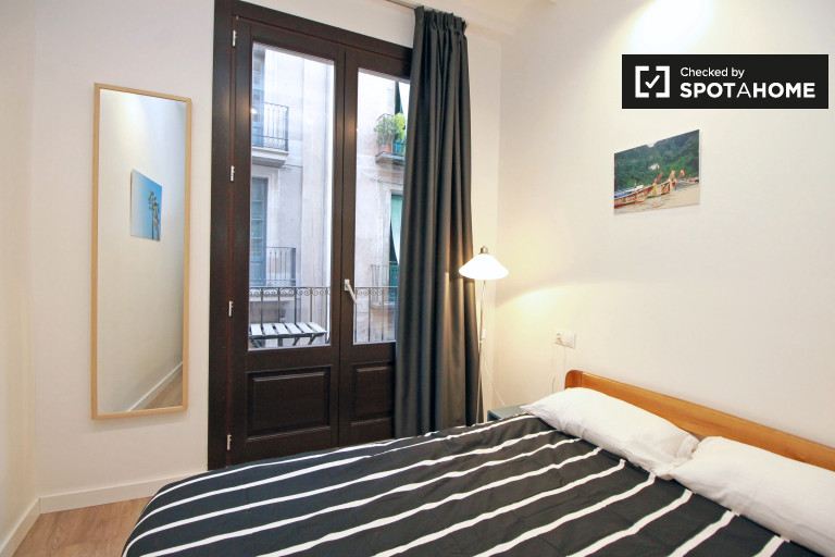 Intimate room in 5-bedroom apartment in El Raval, Barcelona