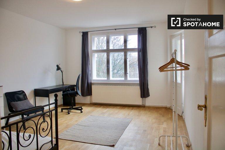 Duży pokój do wynajęcia w apartamencie z 3 sypialniami, Karlshorst