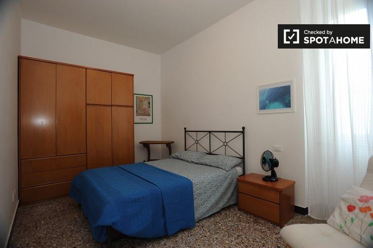 Quarto espaçoso para alugar em apartamento de 2 quartos em Monteverde