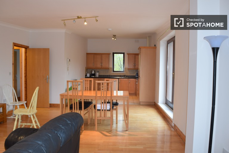 3-bedroom apartment with balcony to rent next to Marlay Park