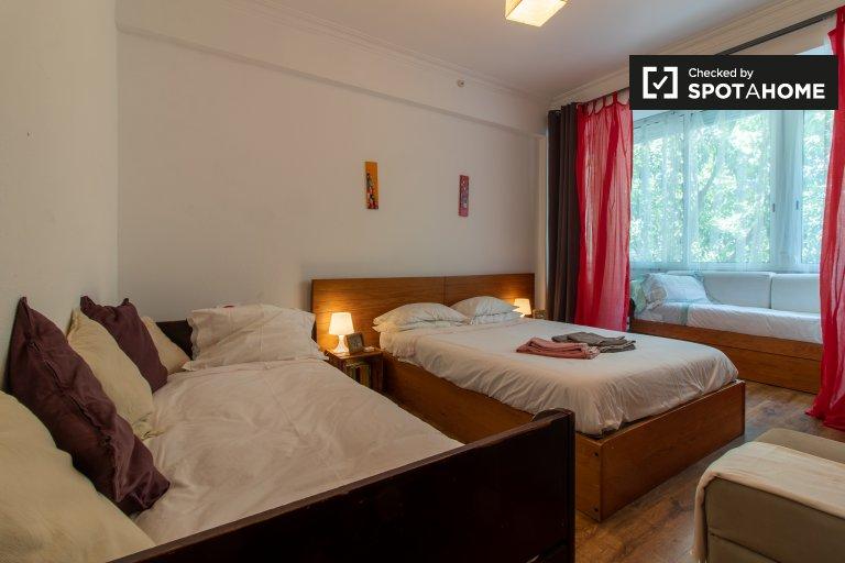 Przestronny pokój w apartamencie z 2 sypialniami w Arroios, Lisboa