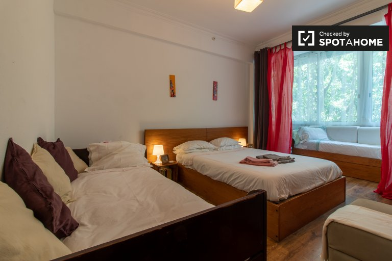 Spacious room in 2-bedroom apartment in Arroios, Lisboa