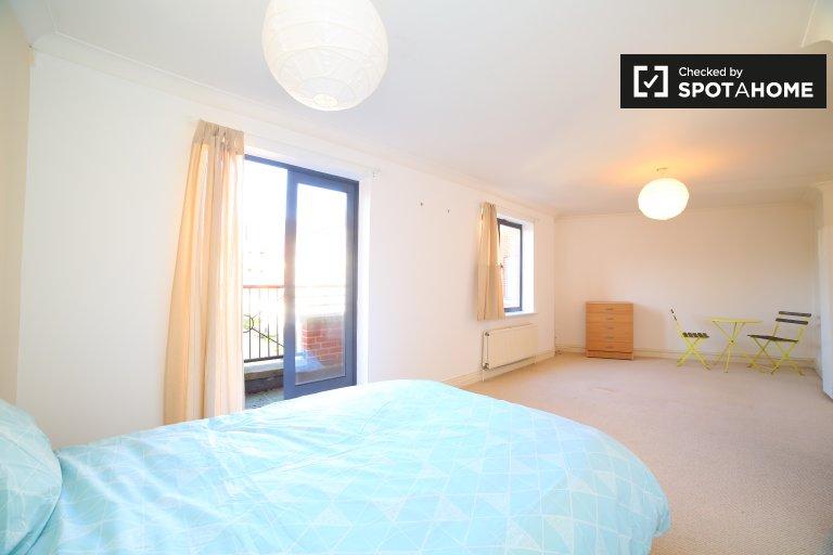 Pokój do wynajęcia w apartamencie z 3 sypialniami w Manor Gardens