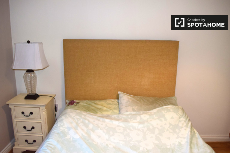 Double Bed in Spacious room to rent in flat in quiet Stepaside, Dublin