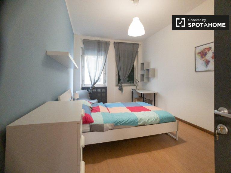 Bicocca'da 12 yatak odalı dairede kiralık aydınlık oda