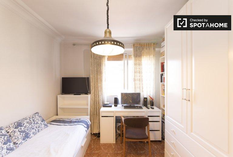 Chambre lumineuse à louer dans un appartement de 2 chambres à Guindalera