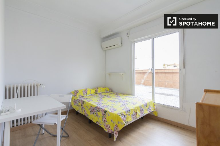 Nice room for rent in 4-bedroom apartment in Atocha, Madrid
