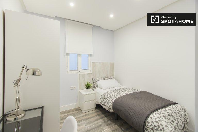Stylish room in 5-bedroom apartment, Retiro, Madrid