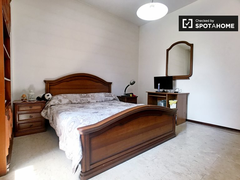Large room in 3-bedroom apartment in Giambellino, Milan