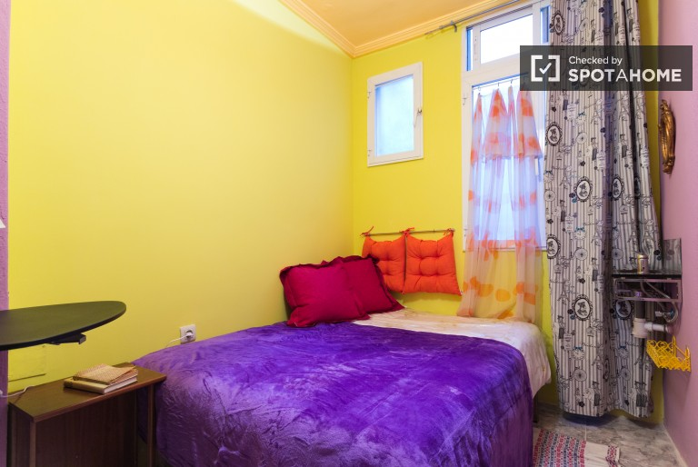 Double Bed in Affordable couple-friendly room for rent in a 3 bedroom apartment in Arguelles