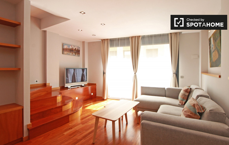 4-bedroom apartment with AC and large terrace for rent in Sants