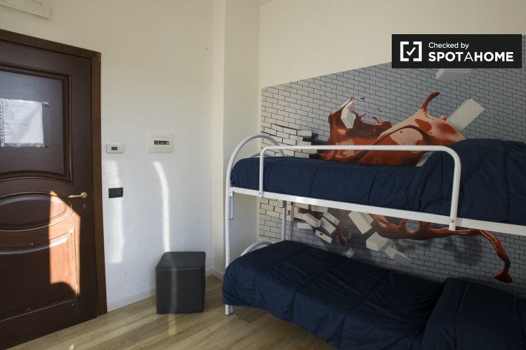 Great room for rent in apartment with 9 bedrooms, Piramide