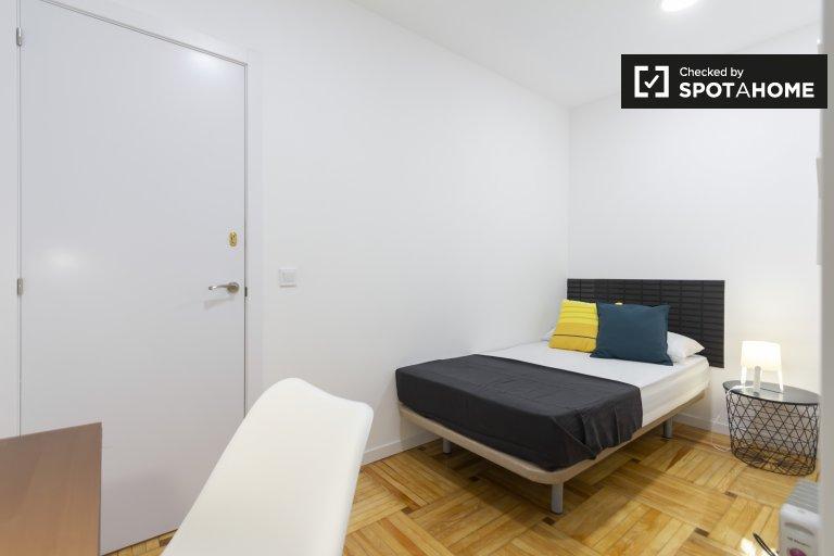 Przytulny pokój w 6-pokojowym apartamencie w Retiro w Madrycie
