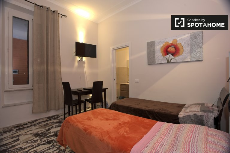 Twin Beds in Rooms and beds for rent in tidy 3-bedroom apartment in San Giovanni