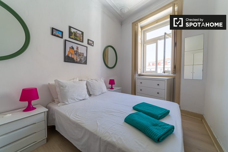 Luminosa camera in appartamento con 3 camere da letto a Santo António, Lisbona