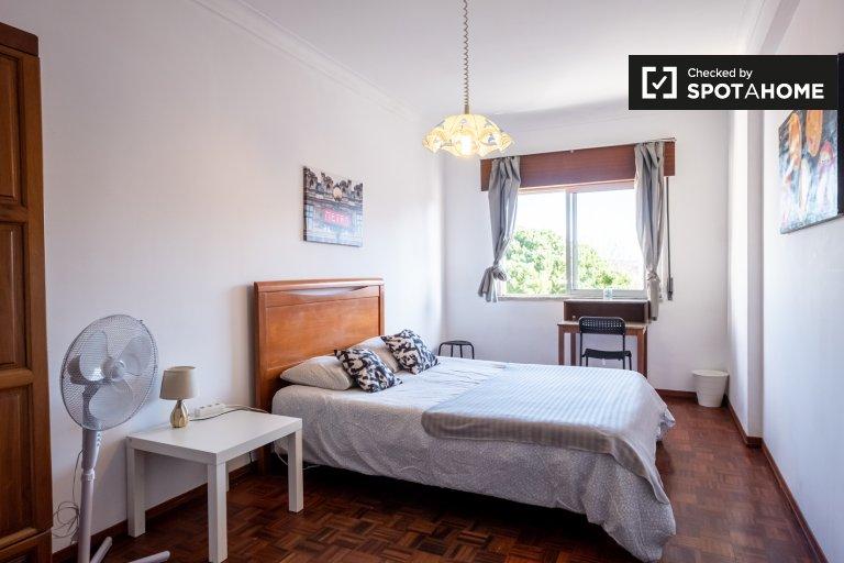 Pokój do wynajęcia w mieszkaniu z 4 sypialniami, Amadora, Lizbona