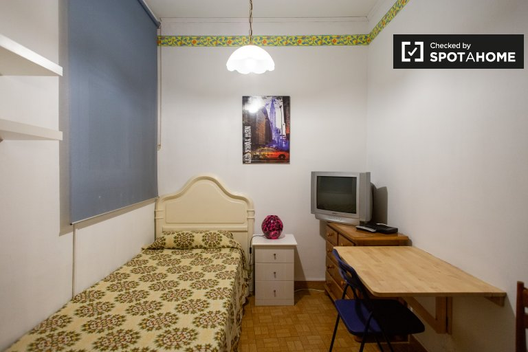Cosy room for rent in 3-bedroom apartment in Les Corts