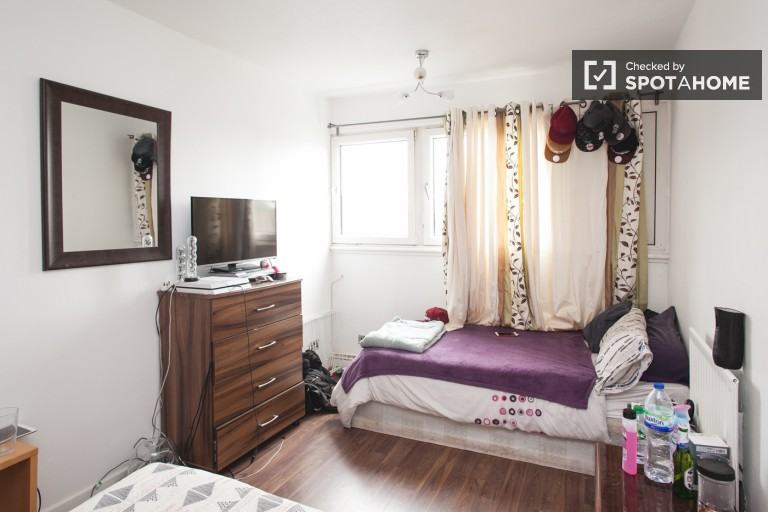 Room with twin bed available to rent in 5-bedroom houseshare in Putney.