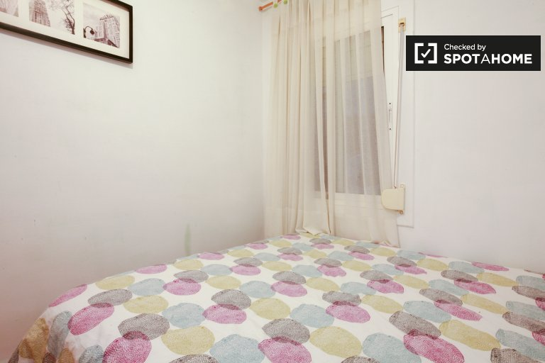 Room for rent in 3-bedroom apartment in L'Hospitalet