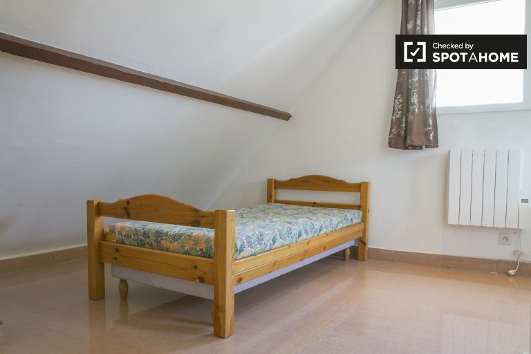 Single Bed in Rooms for rent in 6-bedroom house with terrace in Créteil