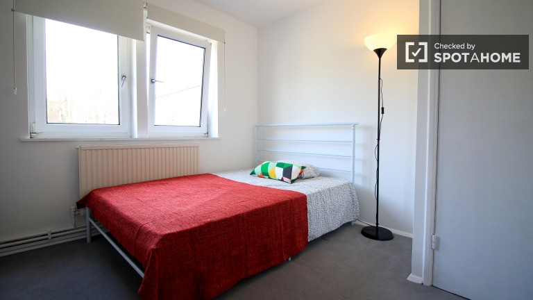 Inviting room in shared flat in Islington, London