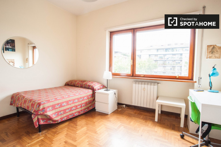 Double Bed in Large rooms for rent in a spacious 4-bedroom apartment in Trieste