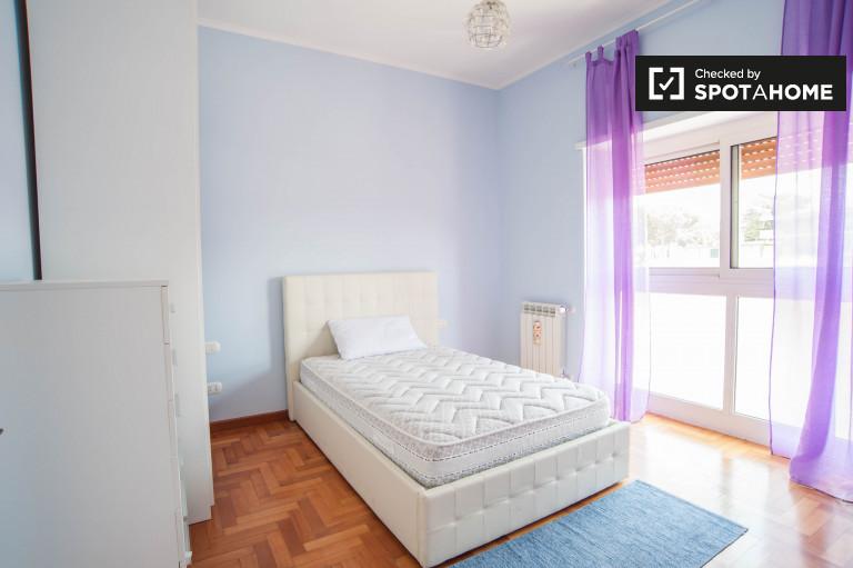 Quarto remodelado em apartamento de 3 quartos em Aurelio, Roma