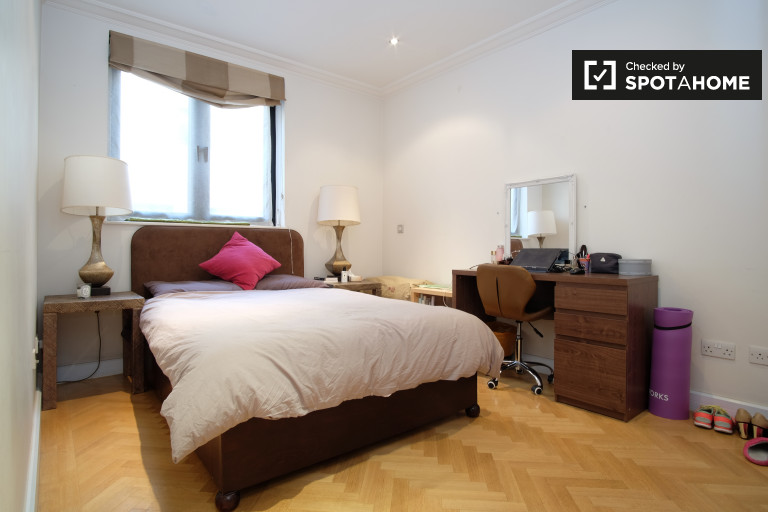 Ample room in flat in Kensington, London