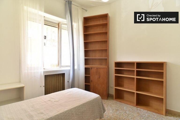 Quarto luminoso em apartamento de 4 quartos em Triofale, Roma