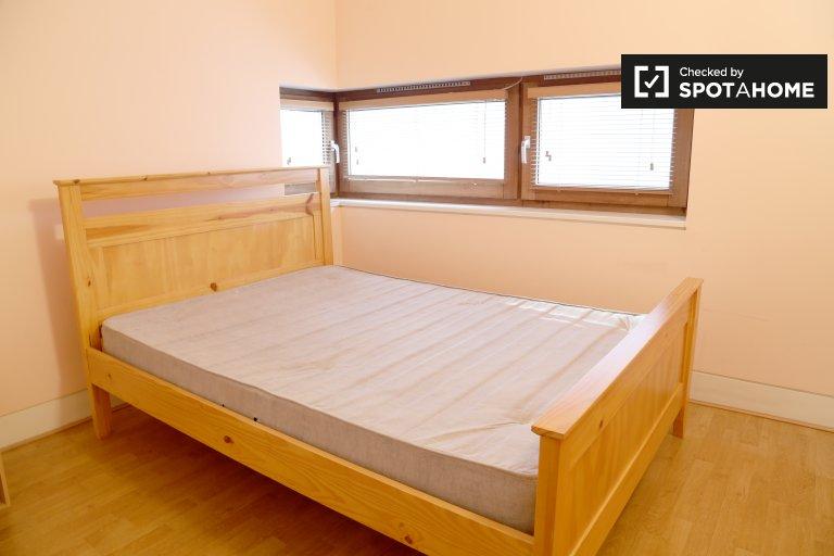 Zimmer mit Bad in 3-Zimmer-Wohnung in Dublin