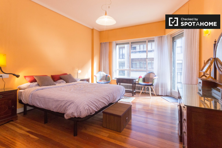 Double Bed in 2-bedroom suite for rent to women only in luxury 4-bedroom apartment with terrace and sea view in Getxo