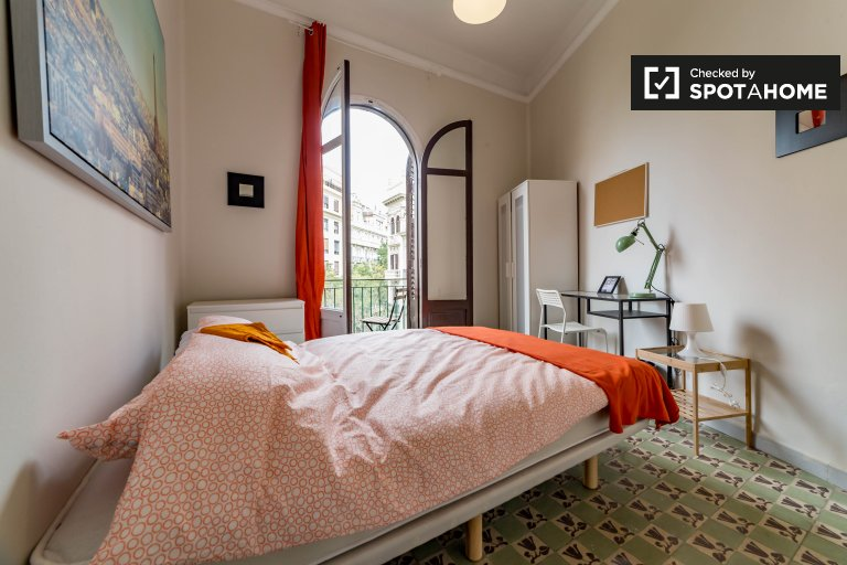 Furnished room in 7-bed apartment in Eixample, Valencia