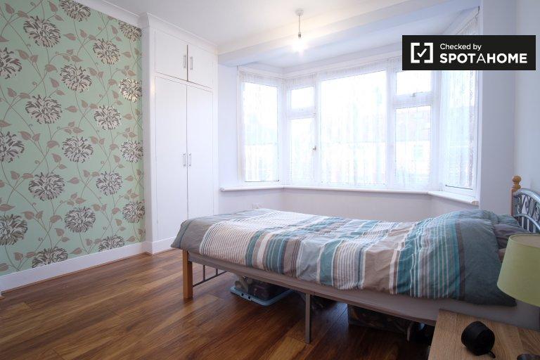 Highams Park, Londra'da 4 yatak odalı ev sahibinde kiralık oda