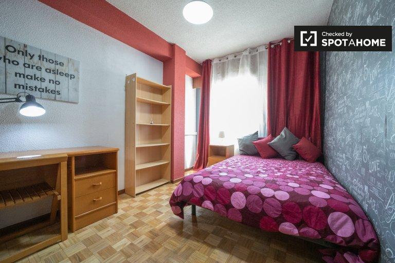 Habitación en piso de 6 dormitorios en Alcalá de Henares.