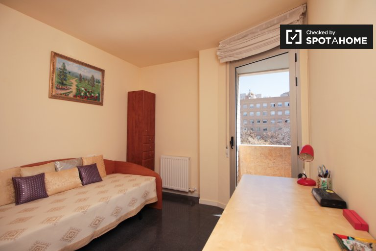 Cozy room in 3-bedroom apartment in Vila Olímpica, Barcelona