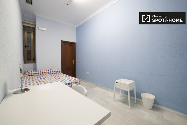 Double Bed in Spacious rooms for rent in 8-bedroom student residence with AC in Casco Antiguo