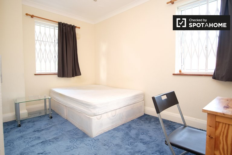 Ample room in 6-bedroom flat in Wembley, London