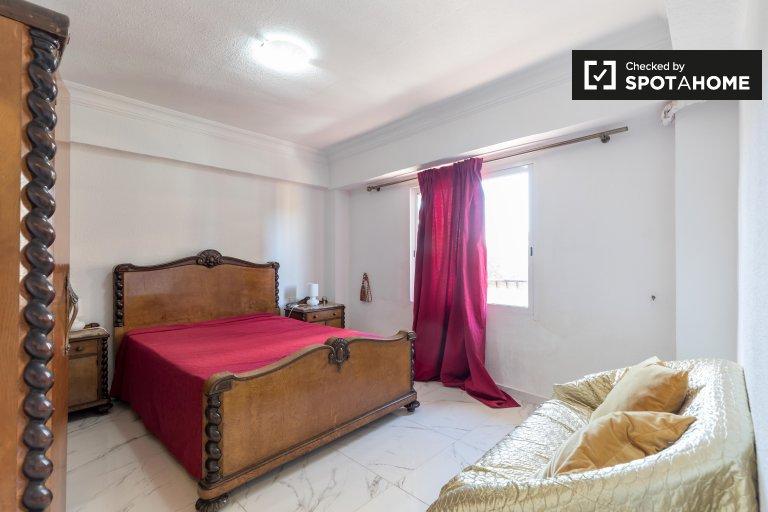 Camere in affitto in appartamento con 3 camere da letto a Quatre Carreres