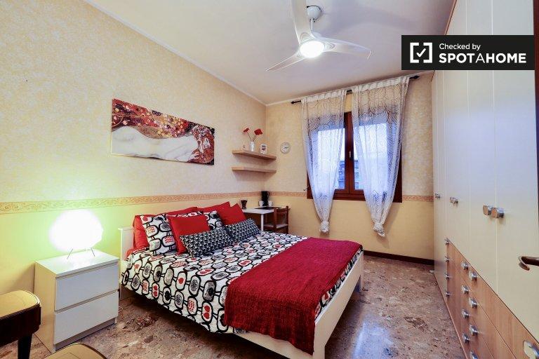 Habitación central en apartamento de 3 dormitorios en Corsico, Milán