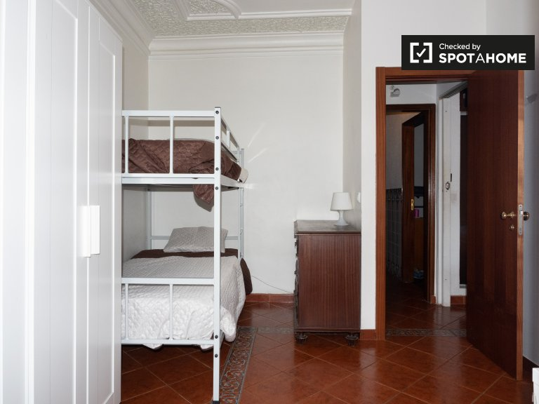 Cosy room in 4-bedroom apartment in Principe Real, Lisbon