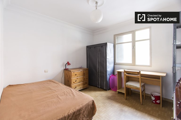 Spacious room in 2-bedroom apartment in  in Numancia, Madrid